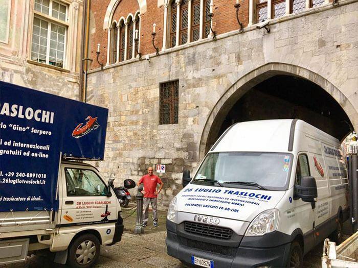Trasporto di materiale a Palazzo San Giorgio a Genova