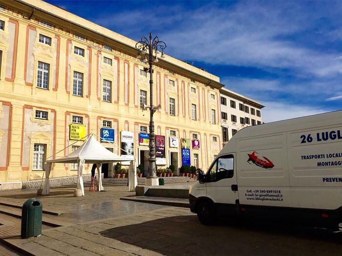Trasporto di materiale a Palazzo Ducale, Genova